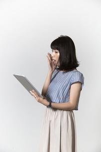 タブレットを操作する若い女性の写真素材 [FYI01192783]