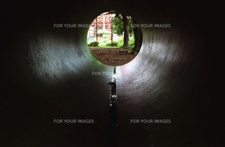 土管の中からの写真素材 [FYI01192787]