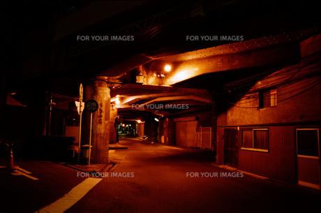 高架下の明かりの写真素材 [FYI01192788]
