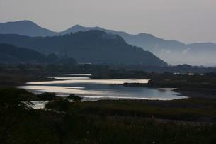 とうとうと流れる大河 「筑後川」 / 福岡県朝倉市の写真素材 [FYI01192933]
