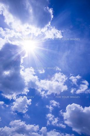 青空と太陽の写真素材 [FYI01193060]