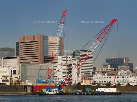 港湾工事のクレーン船の写真素材 [FYI01193193]