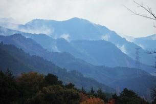 朝霧にうかぶ美しい山なみ / 九州福岡県朝倉市の写真素材 [FYI01193372]