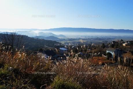朝霧にうかぶ美しい山なみ / 九州福岡県朝倉市の写真素材 [FYI01193373]