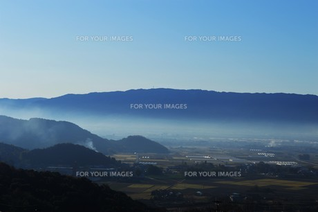 朝霧にうかぶ美しい山なみ / 九州福岡県朝倉市の写真素材 [FYI01193374]