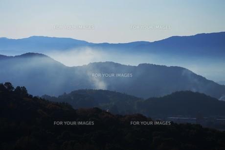朝霧にうかぶ美しい山なみ / 九州福岡県朝倉市の写真素材 [FYI01193375]