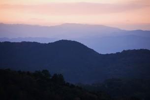 朝霧にうかぶ美しい山なみ / 九州福岡県朝倉市の写真素材 [FYI01193376]