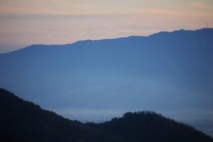 朝霧にうかぶ美しい山なみ / 九州福岡県朝倉市の写真素材 [FYI01193377]