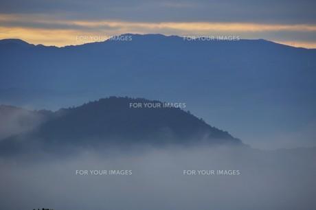 朝霧にうかぶ美しい山なみ / 九州福岡県朝倉市の写真素材 [FYI01193378]