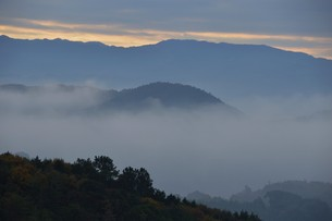 朝霧にうかぶ美しい山なみ / 九州福岡県朝倉市の写真素材 [FYI01193379]