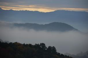 朝霧にうかぶ美しい山なみ / 九州福岡県朝倉市の写真素材 [FYI01193380]