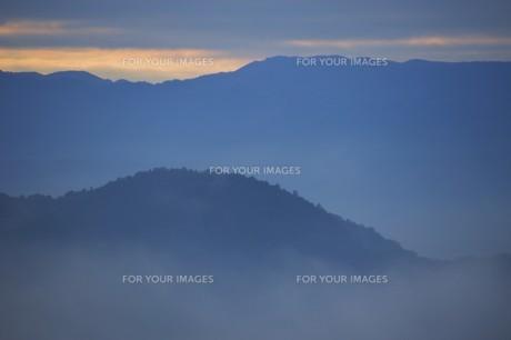 朝霧にうかぶ美しい山なみ / 九州福岡県朝倉市の写真素材 [FYI01193381]