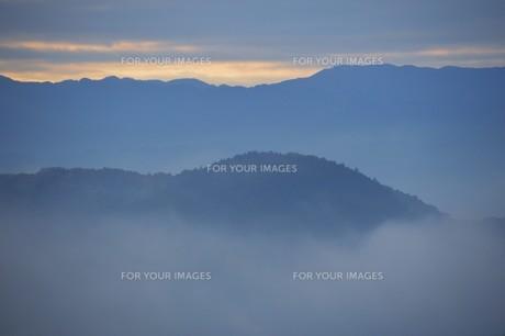 朝霧にうかぶ美しい山なみ / 九州福岡県朝倉市の写真素材 [FYI01193382]