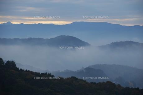 朝霧にうかぶ美しい山なみ / 九州福岡県朝倉市の写真素材 [FYI01193383]