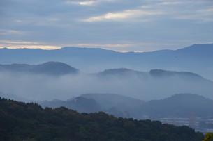 朝霧にうかぶ美しい山なみ / 九州福岡県朝倉市の写真素材 [FYI01193384]