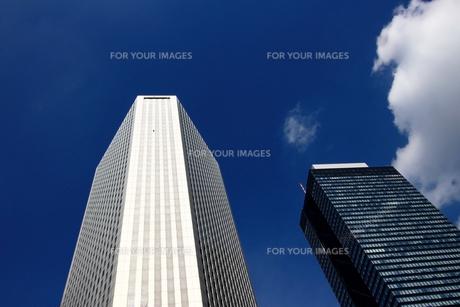 青空にそびえたつ新宿の高層ビルの写真素材 [FYI01193625]