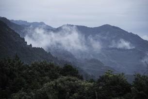 霧の山なみ・九州福岡県朝倉市の写真素材 [FYI01193684]