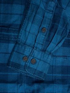 メンズの長袖シャツの写真素材 [FYI01193775]