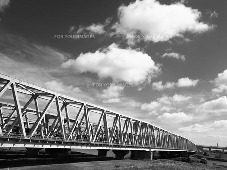 荒川放水路にかかる鉄橋の写真素材 [FYI01193777]