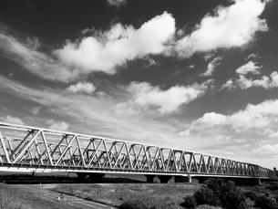 荒川放水路にかかる鉄橋の写真素材 [FYI01193778]