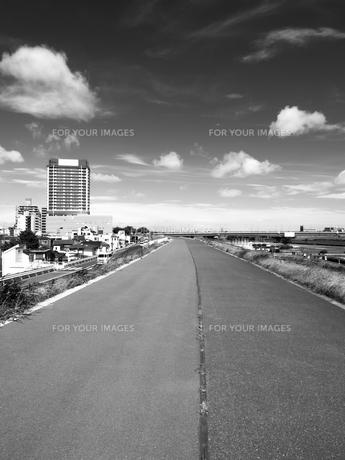 土手沿いの道の写真素材 [FYI01193806]