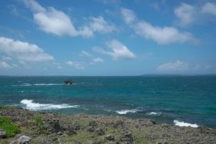 強風の中の西平安名崎の写真素材 [FYI01193863]