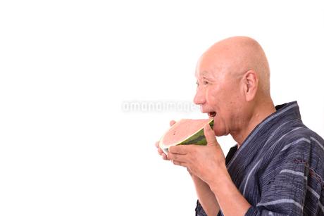 西瓜を食べるシニアの写真素材 [FYI01193915]