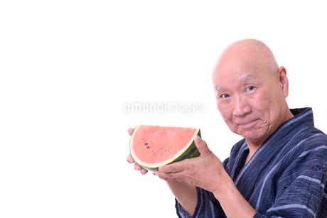 西瓜を食べるシニアの写真素材 [FYI01193916]
