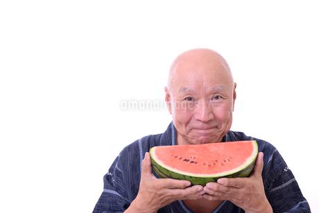 西瓜を食べるシニアの写真素材 [FYI01193917]