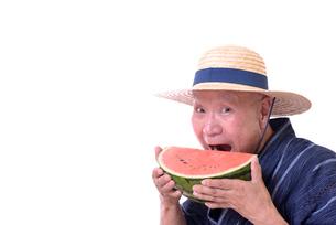 西瓜を食べるシニアの写真素材 [FYI01193922]