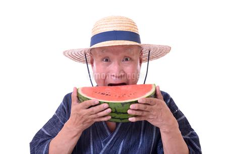 西瓜を食べるシニアの写真素材 [FYI01193923]
