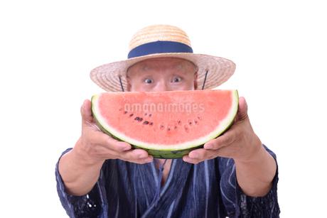 西瓜を食べるシニアの写真素材 [FYI01193924]