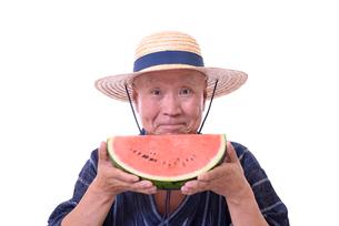 西瓜を食べるシニアの写真素材 [FYI01193925]