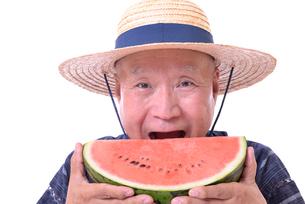 西瓜を食べるシニアの写真素材 [FYI01193927]