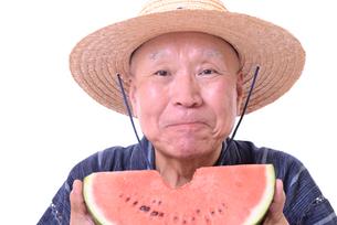 西瓜を食べるシニアの写真素材 [FYI01193928]