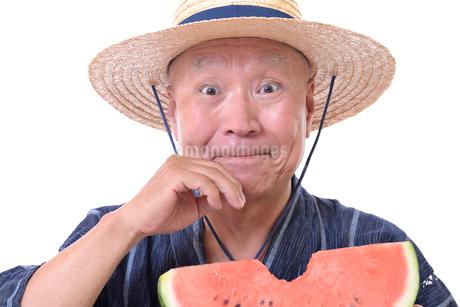 西瓜を食べるシニアの写真素材 [FYI01193929]