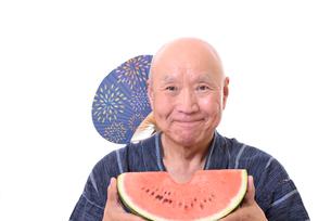 西瓜を食べるシニアの写真素材 [FYI01193932]