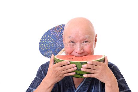 西瓜を食べるシニアの写真素材 [FYI01193934]