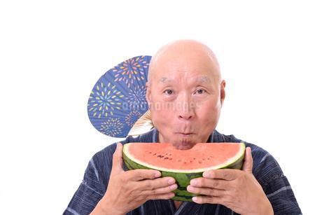 西瓜を食べるシニアの写真素材 [FYI01193935]