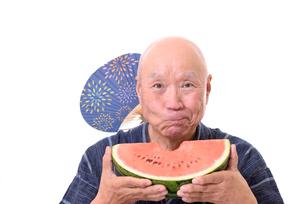 西瓜を食べるシニアの写真素材 [FYI01193936]