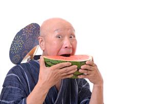 西瓜を食べるシニアの写真素材 [FYI01193937]