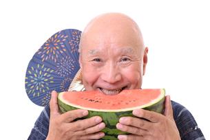 西瓜を食べるシニアの写真素材 [FYI01193939]