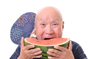 西瓜を食べるシニアの写真素材 [FYI01193941]