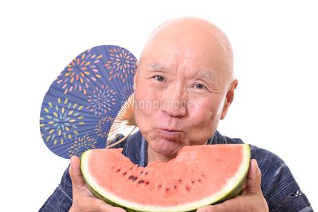 西瓜を食べるシニアの写真素材 [FYI01193942]