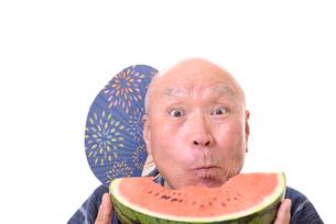 西瓜を食べるシニアの写真素材 [FYI01193943]