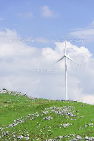 四国カルストと風力発電の写真素材 [FYI01194262]