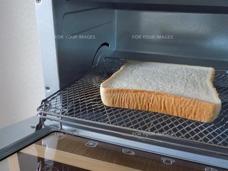 食パンとトースターの写真素材 [FYI01194406]
