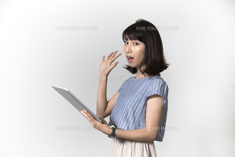 タブレットを操作する若い女性の写真素材 [FYI01194528]