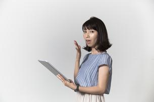 タブレットを操作する若い女性の写真素材 [FYI01194529]