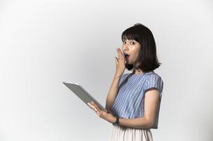タブレットを操作する若い女性の写真素材 [FYI01194530]